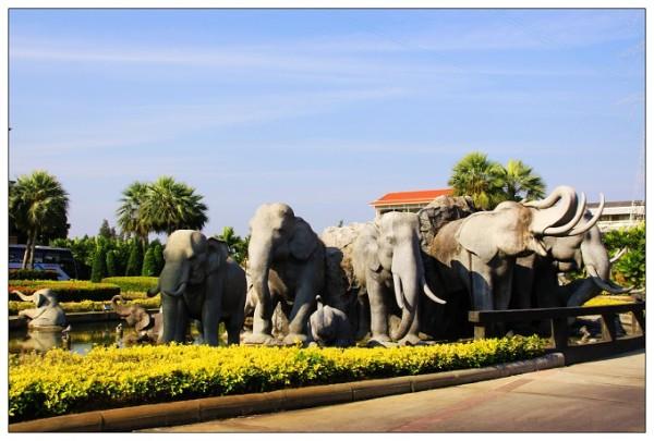 皇家珠宝中心院内的群象雕塑.