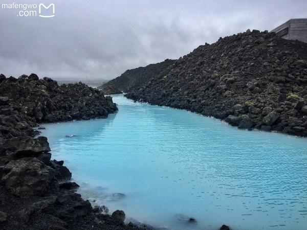 蓝湖位于冰岛西南部雷克雅尼斯半岛的格林达维克,距凯夫拉维克国际