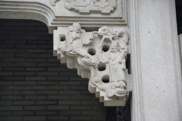 石雕的雀替当时的艺术家巧妙构思,在小小的雀替上作出各种图案