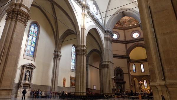 内部的尖券,尖拱和飞扶壁等建筑形式是典型哥特风格.