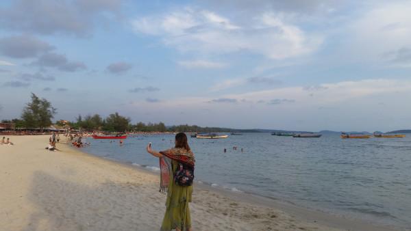 SEA行漫记 柬埔寨西哈努克港篇 一. 导语:  SEA,英文里是大海的意思,但也是东南亚首写字母的简称(South East Asia)。东南亚里有个国家柬埔寨。 柬埔寨,国人既熟悉又陌生。地处中南半岛,与缅甸、老挝相较,无一寸国土与我国接壤。就旅游热度而言,又不似泰国芭提雅、越南芽庄引众国人蜂拥而至。就如热带雨林一般,神秘而美丽。 但共饮一江水,此水几时休?流经我国西南的湄公河冲积孕育了中南半岛上肥沃的高棉平原;屹立600余年并留下璀璨夺目石窟文化遗产的吴哥王朝举世瞩目。作为中国人民的老朋友