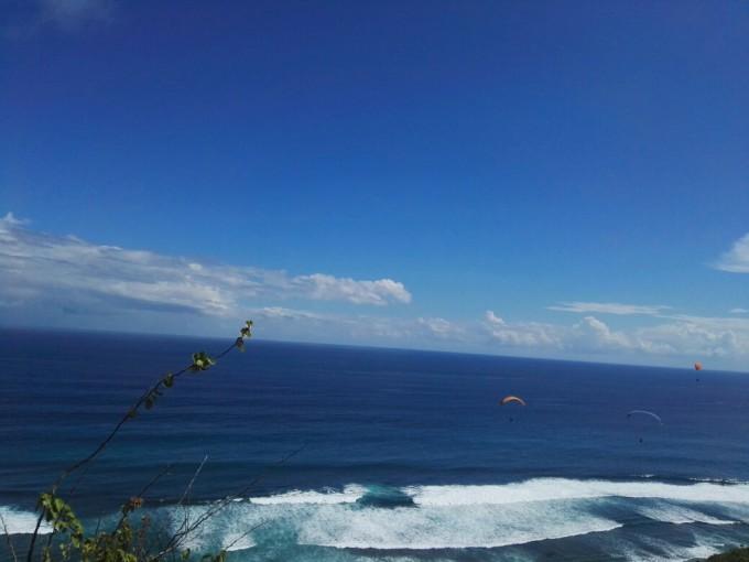 5月1号:1.蓝湾乘坐玻璃底船到海龟岛,蓝湾游玩项目还不错,就是太贵,都按美金计,海龟岛的海龟好大,还有变色龙,、大蝙蝠和大蟒蛇,怕蛇的我们都不敢上前一试;2.下午到情人崖边吃下午茶边看风景,风景不错,空中降落伞更是刺激,可惜太贵,最终我们没有去体验;3.下午到