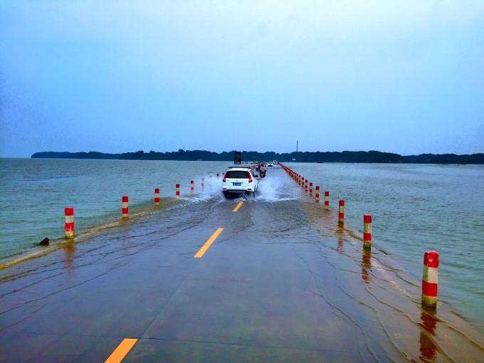 最美的公路之一---江西鄱阳湖水上公路(手机拍摄)