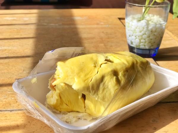 巴厘岛 游记   然后我的几个零食袋子都被翻了下,榴莲未能幸免被上缴.