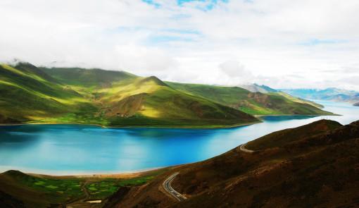 """难怪生活在湖边的人们,用""""天上的仙境,人间的羊卓;天上的繁星,湖畔的"""