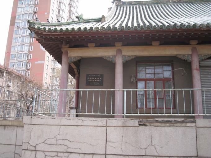 大殿是歇山式建筑,整体呈现凸字型,屋顶为木结构,上铺绿色琉璃瓦,有
