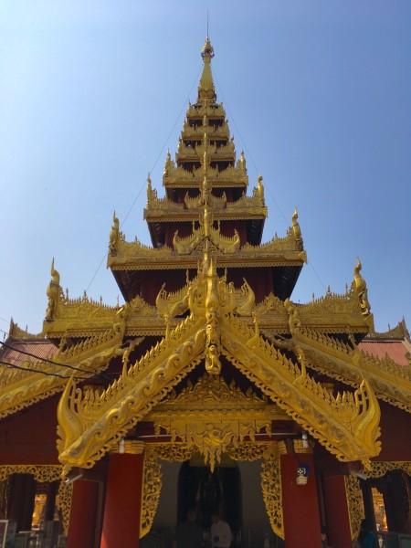 缅甸   僧人赤足托钵的意境.   中午阳光照射下的石板与阴凉处温差较