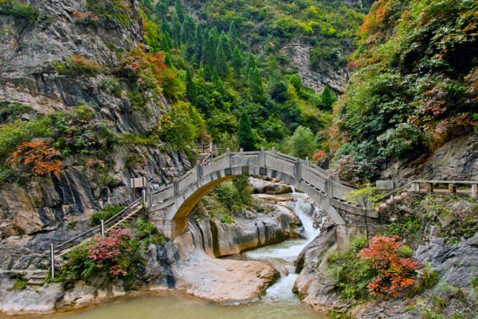 成县西峡颂风景区位于甘肃省陇南市成县县城以西12公里处的天井山