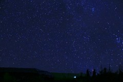 星空会耀眼,云霞会灿烂,不能拔草的红岩顶。