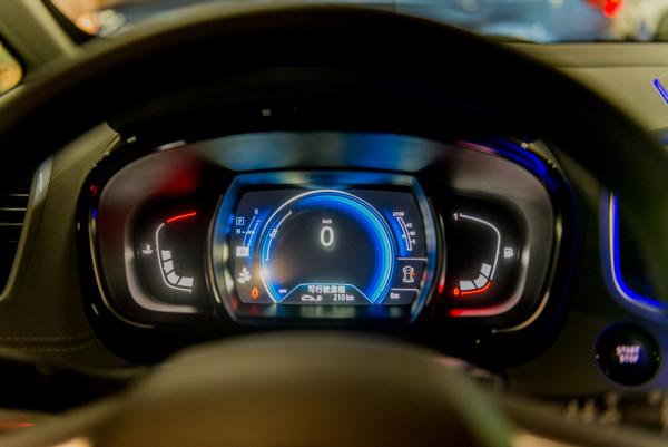 而当你坐在驾驶室座位,扣上安全带,按下start按钮,轻推飞机油门杆造型
