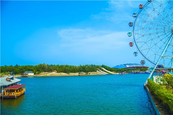 现由秦皇岛冀弘渔岛温泉度假村有限公司开发经营,是一处集碧海蓝天,沙