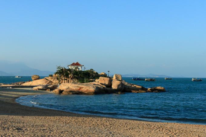 四个字的时候,就已经充满了期待,时间因为台风推后了两天,却也因此才能遇到此趟旅程那湛蓝的天空,清澈的海水以及形状怪异的石头们。 情侣路上,那一条被称为玉带环腰的礁石与海岸线, 看着霞绯映海、渔舟唱晚, 刚刚靠近码头的渔船、叫卖着海鲜的人们, 海胆炒饭粒粒金黄,将军帽就着蒜香味,狗爪螺配着芥末, 在这里,无需寻找,便是碧海蓝天, 夜里,阳台外,海上的渔船们闪闪发亮, 跟时代树行走在半山路上,抬头望是漫天星辰。