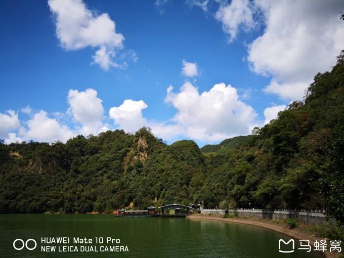藍天白云之下的浙江諸暨的五泄風景區游覽之一