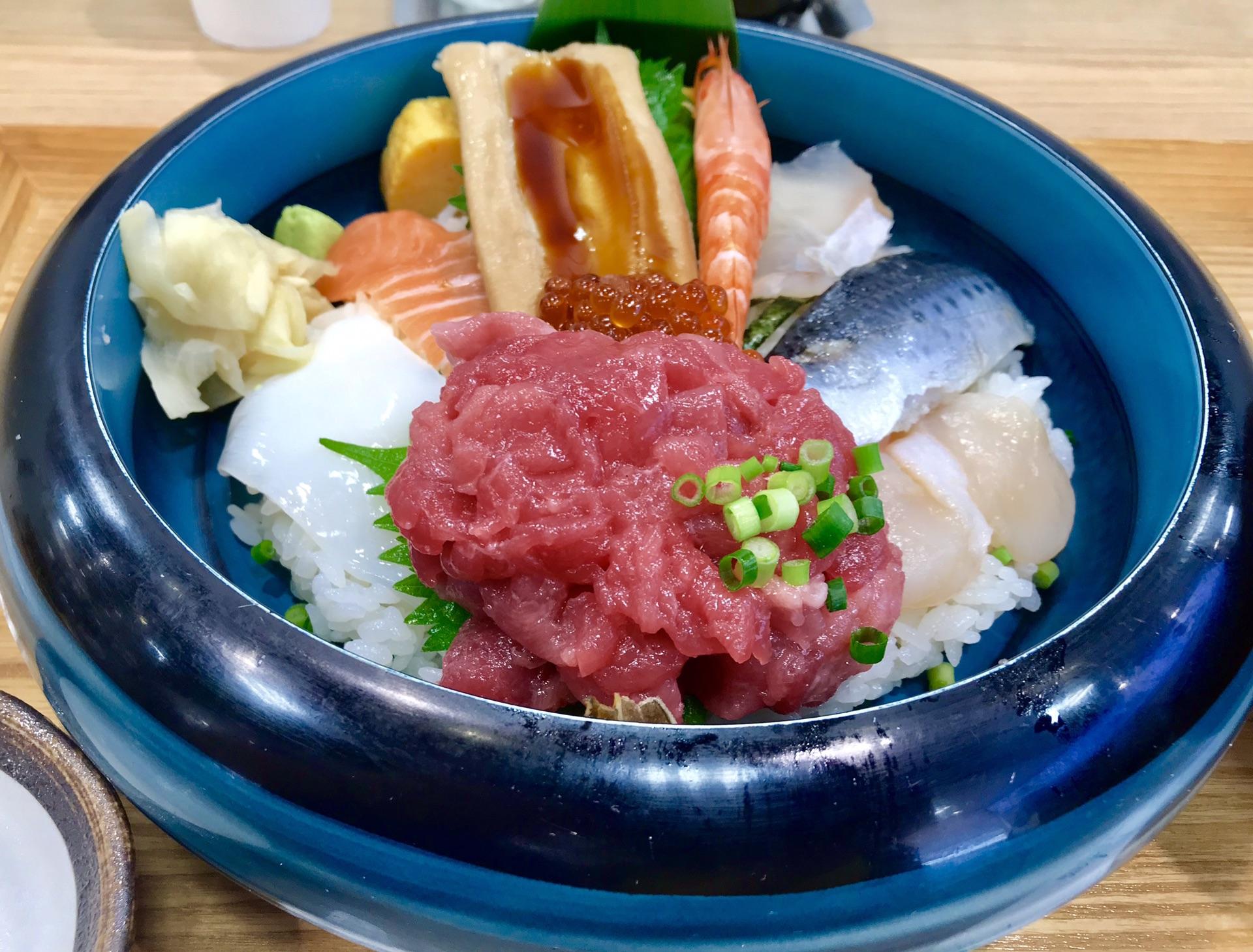 """筑地海鲜店""""鱼鱼鲜""""的海鲜丼"""
