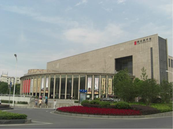 这个房子很独特   枯木   馆内小景观   从楼上鸟瞰博物馆广场   博物馆内部   与博物馆毗邻的湖北美术馆
