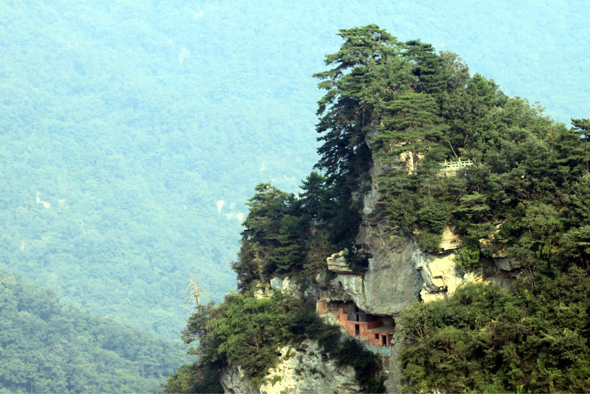 懸崖上的廢棄房子
