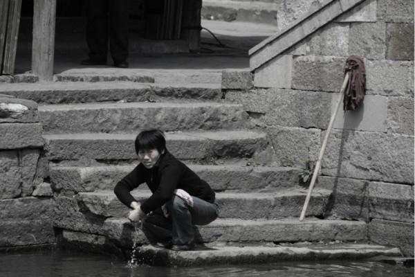 河里洗衣服的女人   站在那里聊天的女人   烟雨长廊   临河的藤椅   河边泡一壶茶,时光数着过去.