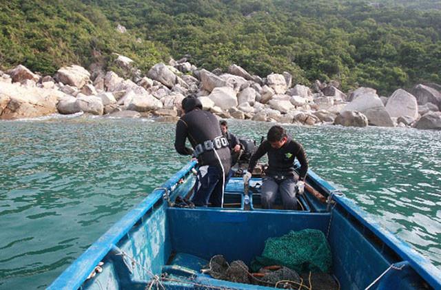 汕头南澳岛旅游特色刺激好玩路线之游艇出海潜水抓海胆海螺