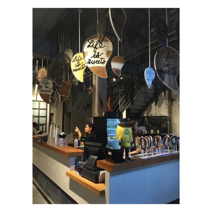 菜单、墙壁上的简笔画、金属器皿,外加菜式的简单致上注意原则,