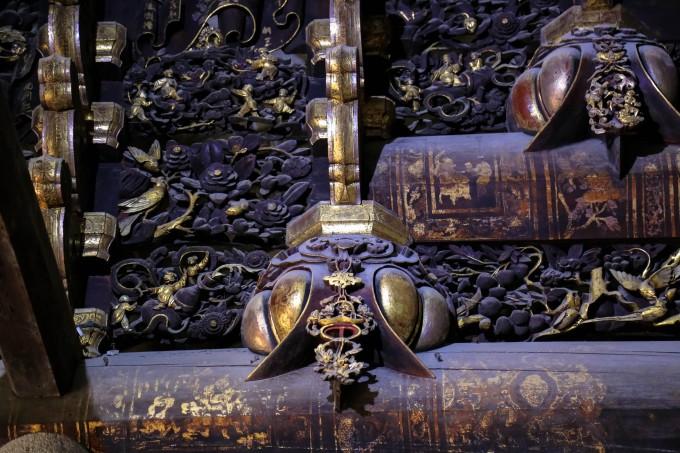 """寓意""""子孙昌衍,五福奉寿"""",正厅走廊西面木雕内容是""""张良受封"""",木瓜上"""