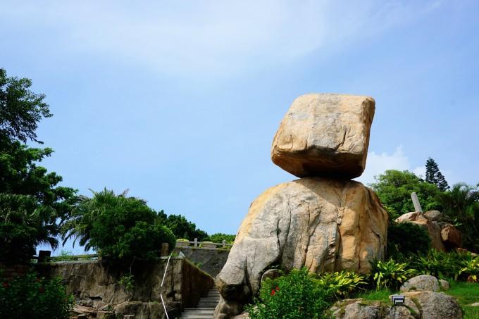 """风动石又名""""兔石"""",座落在东山古城东门关帝庙附近海滨石崖上,一直是岛"""