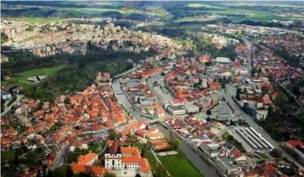 小镇特热比奇tebí位于中欧捷克共和国的中南部,横跨伊赫拉瓦河,是