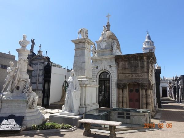 而欧式宫殿的陵墓建筑风格定位则更强化了墓主的显赫身份.