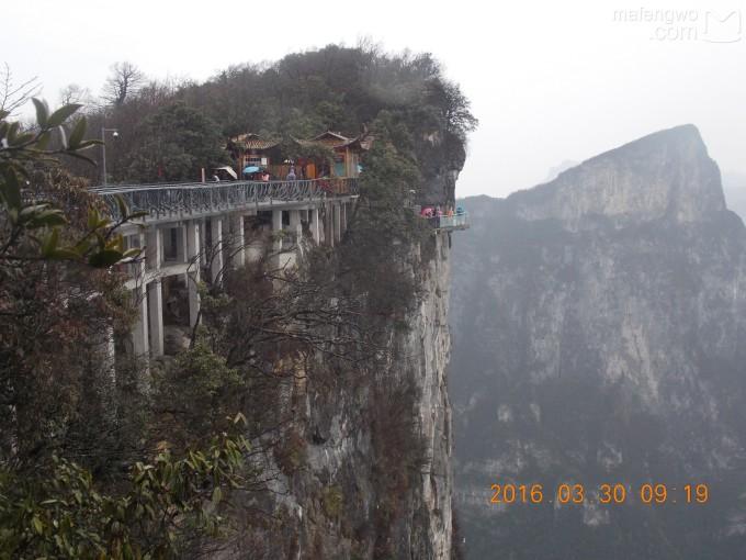 为了让游客零瑕疵的透过玻璃桥看到美丽的风景,  上桥的游客均要求戴