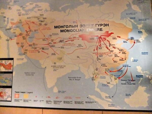 世界上曾有过十来个公认的帝国,还有几种不同的排序。从蒙古回来我找资料,比较蒙古帝国与其它帝国的结局后,我的感觉就是,蒙古人白忙了,或许是罪孽太深重,善恶到头终有报,老天最公平。 占有的陆地面积。有说蒙古帝国第一,有说大英帝国第一,英国的领土面积3300万平方公里,而蒙古帝国3570万,还有说是4400万,问题在于蒙古是游牧民族,打完就走,有的成就转瞬即逝,不应该算,所以有争议。 先不管哪家大,大英帝国至今还有多个联邦国,而蒙古只剩下156万平方公里,排行世界第19。而曾经被蒙古侵略统治过250年的俄罗斯,