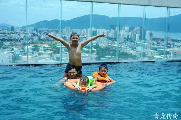 在顶楼游泳池可观赏城区与海边的景色  有水的地方小朋友都玩得很