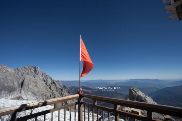 晚上十一点多,抬头看到有不少星星,想说看能不能拍一下星空,结果还是发现地景太亮,不怎么能看到星星 第2天(2015-09-23)初遇4680米的玉龙雪山我要去雪山,我要看雪!这个是Li来云南前第一句说的话,因此理所当然的,玉龙雪山就在我们的行程里面。我们报的是丽江国旅旅行社。他们做的是纯玩团,体验下来确实是一点消费都没有。这一点感觉非常好。我的行程是丽江国旅的汤汤帮我安排的,在丽江之行汤汤也帮助了我们很多,里面也有一些刚从丽江玩完的驴友,可以免费咨询有关旅游线路、行程订制,户外策划等任何问题。丽江友人为您