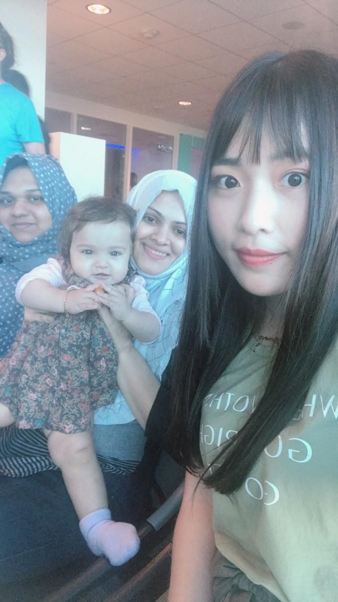 女生 吉隆坡/在吉隆坡机场候机厅,为了撩妹,我取下了我背包上挂着的从我...